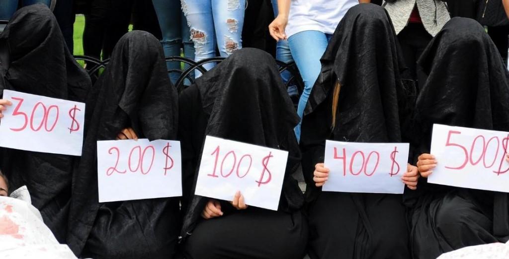 【※超・胸糞注意※】ISISの奴隷市場の様子をご覧下さい・・・。 → 胸糞悪すぎて見れないわコレ。。(画像26枚)・1枚目