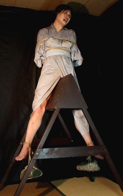 【※ドS注意※】『三角木馬』で責めてる画像を集めた結果・・・ → 闇深すぎぃwwwwwwwwwww(画像あり)・11枚目