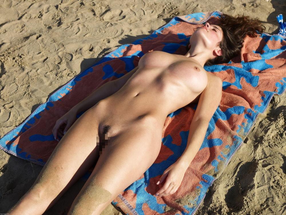 【※マニアック※】ヌーディストビーチでガチ寝する女の神経の太さwwwwwwwwwwwwwwww(画像33枚)・11枚目