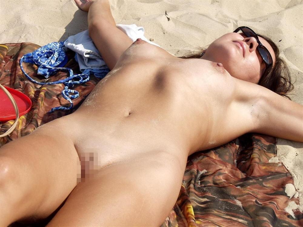 【※マニアック※】ヌーディストビーチでガチ寝する女の神経の太さwwwwwwwwwwwwwwww(画像33枚)・14枚目