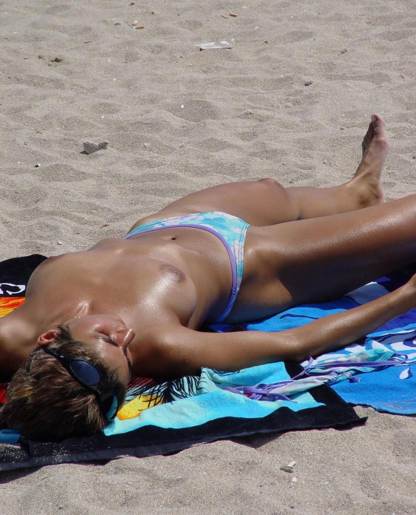 【※マニアック※】ヌーディストビーチでガチ寝する女の神経の太さwwwwwwwwwwwwwwww(画像33枚)・16枚目