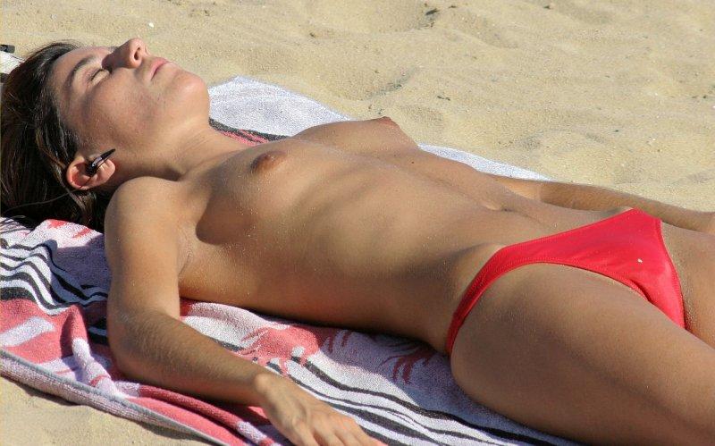 【※マニアック※】ヌーディストビーチでガチ寝する女の神経の太さwwwwwwwwwwwwwwww(画像33枚)・18枚目