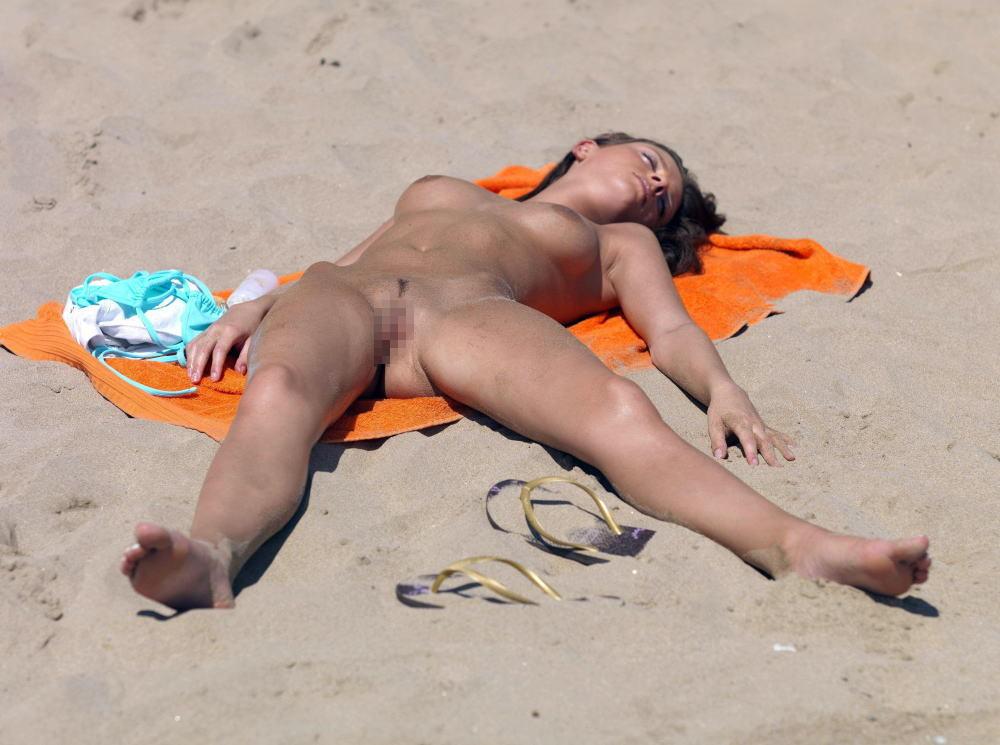 【※マニアック※】ヌーディストビーチでガチ寝する女の神経の太さwwwwwwwwwwwwwwww(画像33枚)・22枚目