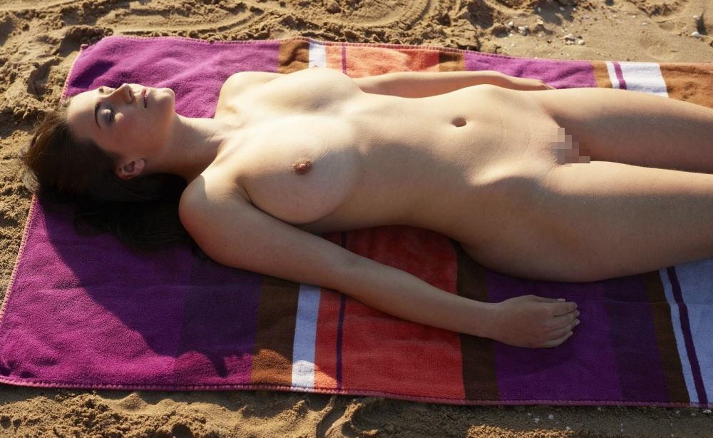 【※マニアック※】ヌーディストビーチでガチ寝する女の神経の太さwwwwwwwwwwwwwwww(画像33枚)・4枚目