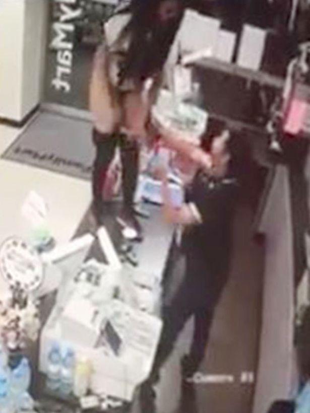 【※事案※】ファミマでトイレ断られた女子、抗議でレジにあがりコップに放尿し飲み干すwwwwwwwwwwwwwwwwwwwww(動画あり・2枚目