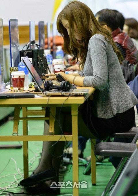 【※画像あり※】お っ ぱ いが 机 の 上 に の っ て る 女wwwwwww 「21優勝」「乗せたくても乗り切らないのもいい」「即ハボ」(画像あり)・16枚目