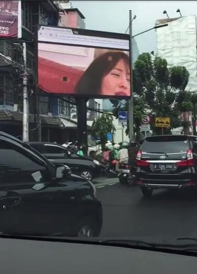 【草】海外街頭大型モニターに突然日本のAVが流れてパニックにwww「これは幕開け」「メジャーデビュー」「バイクのヤツ見すぎ」(画像あり)・13枚目