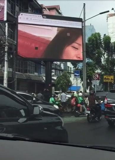 【草】海外街頭大型モニターに突然日本のAVが流れてパニックにwww「これは幕開け」「メジャーデビュー」「バイクのヤツ見すぎ」(画像あり)・14枚目