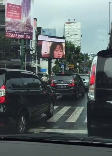 【草】海外街頭大型モニターに突然日本のAVが流れてパニックにwww「これは幕開け」「メジャーデビュー」「バイクのヤツ見すぎ」(画像あり)・9枚目