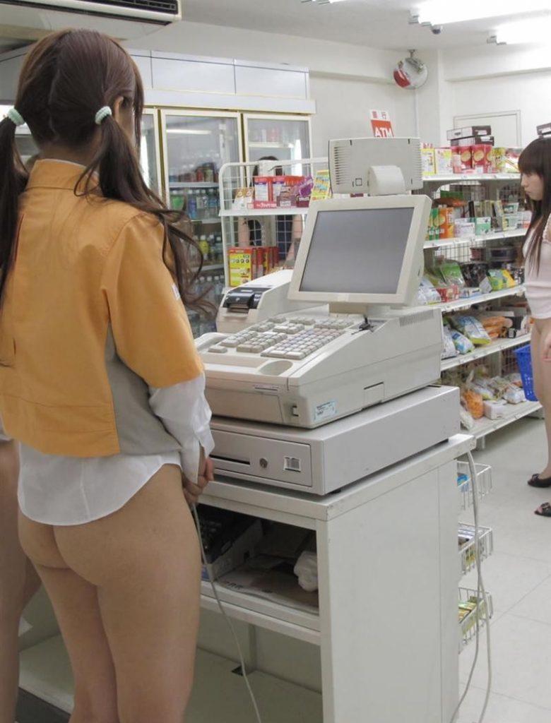 【まるでAV!!】レジ係の女店員と店主が客の居ない間にセックスw→何故か映像流出し大拡散\(^o^)/オワタwwwwww(※画像あり※)・4枚目