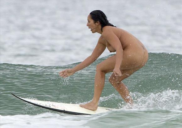 【※画像あり】外人まんさん「どうせ濡れるんだし裸でいいじゃない!」 ←コレwwwwwwwwwwwwwwwwwwwww・20枚目