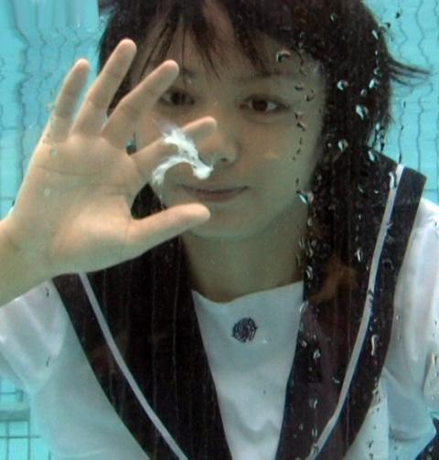 【※衝撃】水中で射精した時の精子の動きクッソワロタwwwwwwwwwwwwwwwwwwwwwwwwwwwwwwwwwwww(画像あり)・3枚目