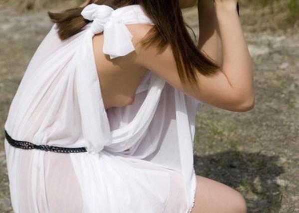 【※エロ注意】ノーブラタンク女子と、その斜め後ろ45度に構えるワイの位置関係と視界について紐解くスレ。(画像あり)・3枚目