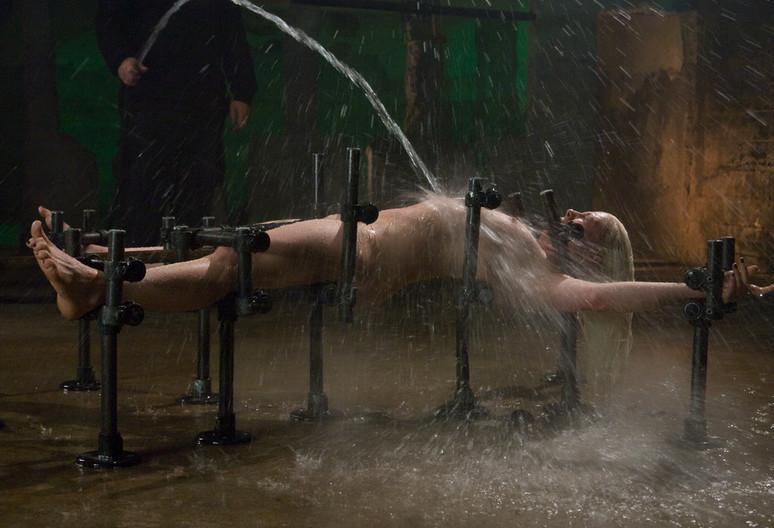 【※画像あり】テレ朝が土曜の朝から水着の女の子を激流で洗浄 →「性奴隷にしか見えない」「DMMで見た」wwwwwwwwwwwww・28枚目