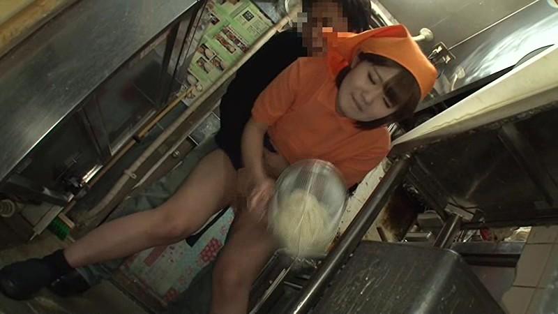 【※告発】新人バイトの女子がカウンターの下で店長イタズラされている所が撮影される。(画像あり)・11枚目