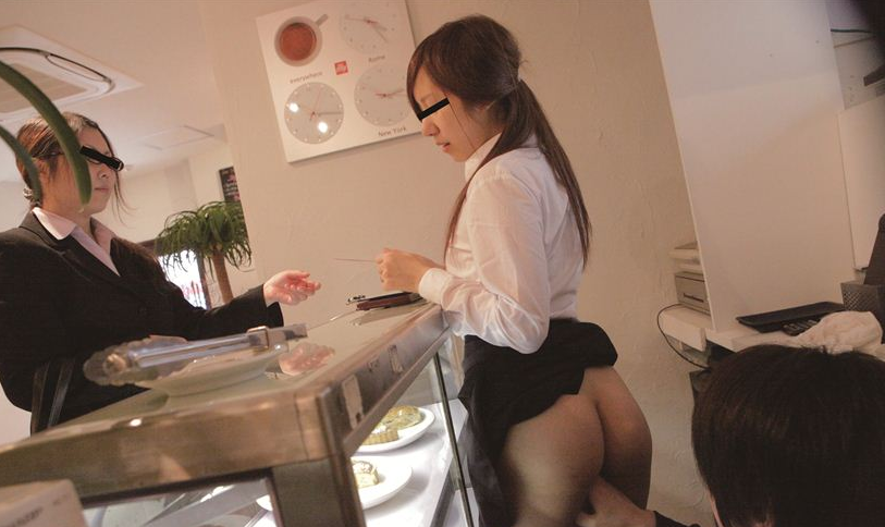 【※告発】新人バイトの女子がカウンターの下で店長イタズラされている所が撮影される。(画像あり)・14枚目