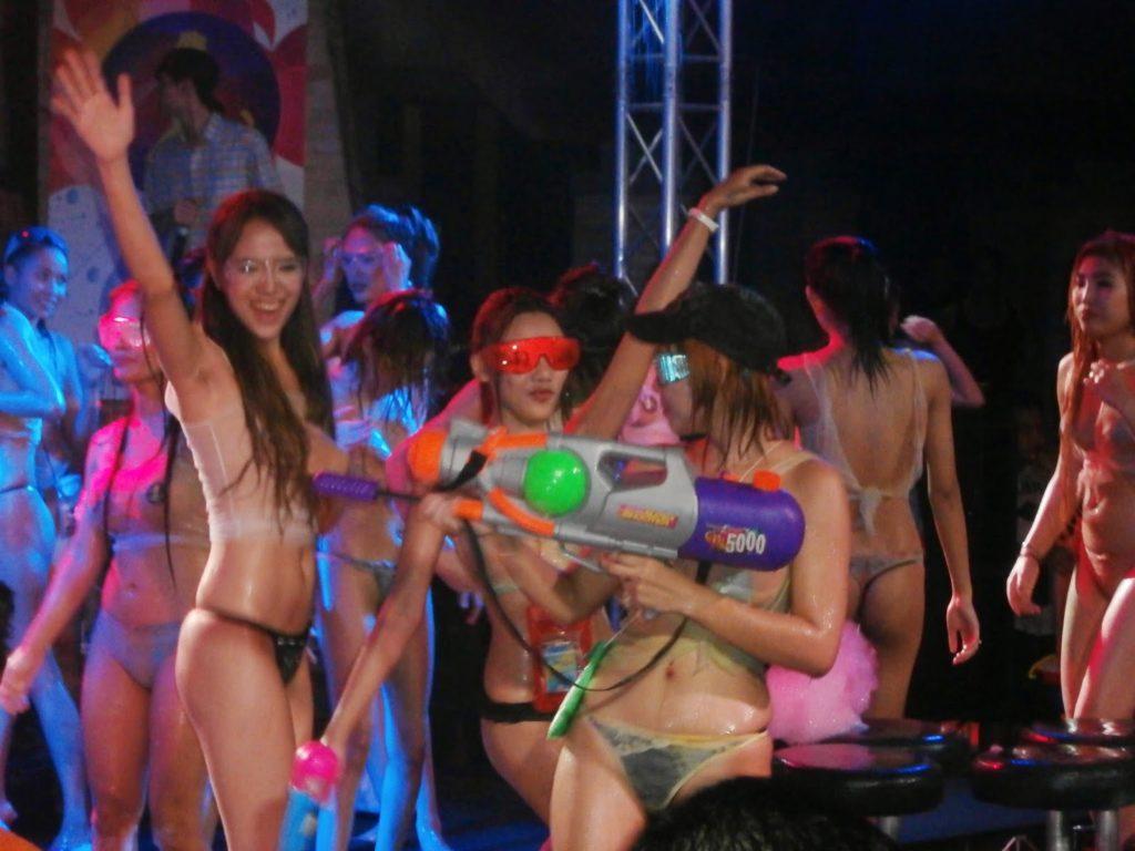 【※裏山杉内】海外で行われているプールパーティーとかいう楽園wwwwwww 嘘だろコレwwwwwwwwwwwwwwwww(画像あり)・9枚目