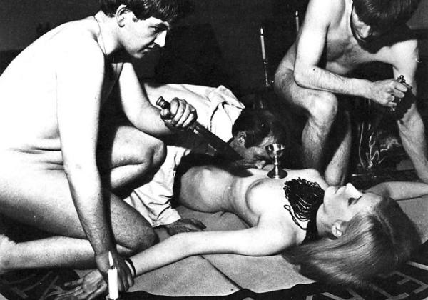 (※恐怖)裸の女を生贄にしてる 「ヒエッ☆・・・でもよく見たらエッロ」 みたいな宗教儀式写真を貼ってく。(写真20枚)