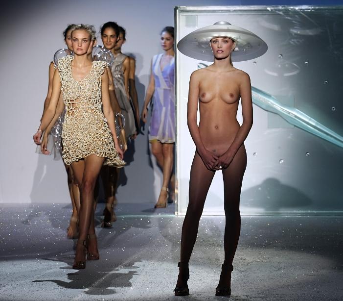 【※有能】ファッションデザイナー 「もう乳透けファッションやり尽くしたしどうしよう、、、せや!!」 ← コレwwwwww(GIFあり)・18枚目