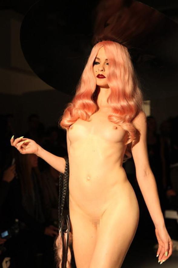 【※有能】ファッションデザイナー 「もう乳透けファッションやり尽くしたしどうしよう、、、せや!!」 ← コレwwwwww(GIFあり)・22枚目