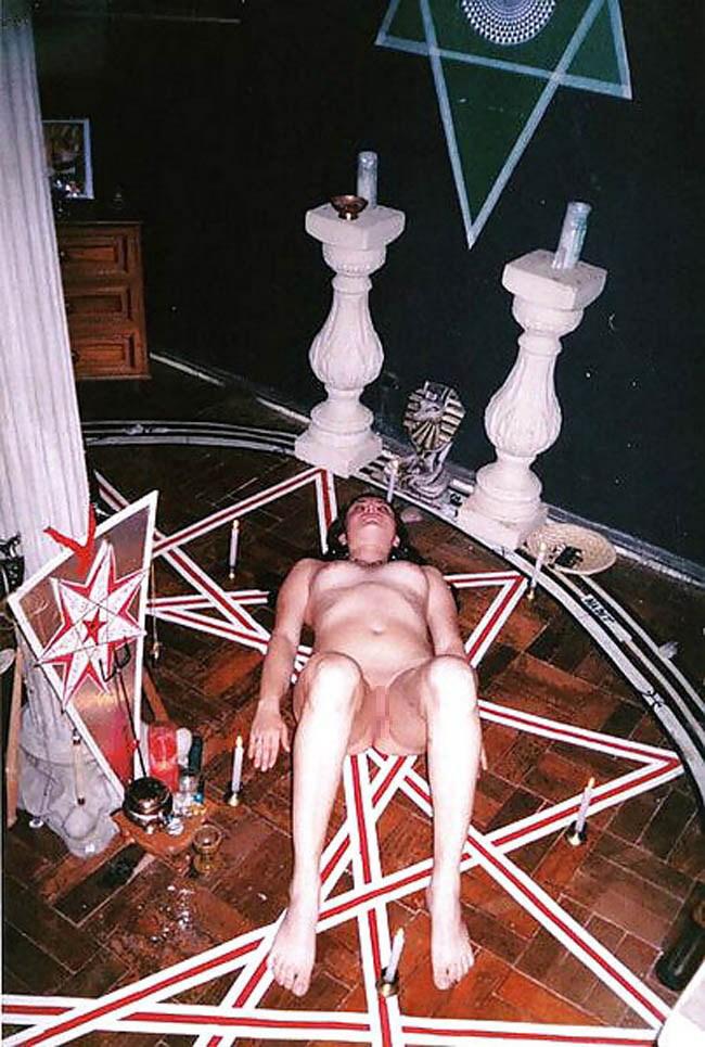 【※恐怖】全裸の女を生贄にしてる 「ヒエッ!・・・でもよく見たらエッロ」 みたいな宗教儀式画像を貼ってく。(画像20枚)・9枚目