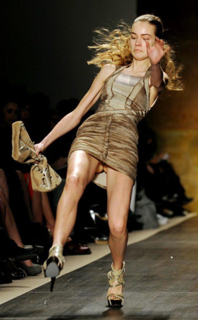 【※悲報】ファッションショーのモデルまんさん、転んだ瞬間に 「下」 が脱げてとんでもない事になるwwwwwwwwwww(画像あり)・1枚目