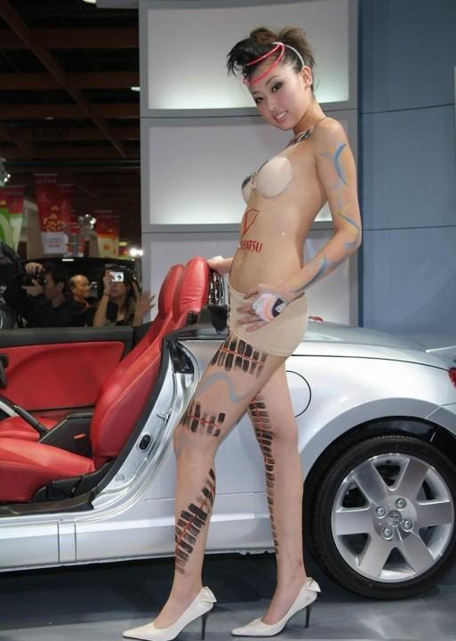【※マジキチ】ただの露出大会と化した中国のモーターショー、最早常軌を逸してる。。。カオス杉だろこれ。。。(画像あり)・11枚目