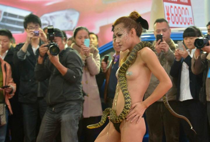 【※マジキチ】ただの露出大会と化した中国のモーターショー、最早常軌を逸してる。。。カオス杉だろこれ。。。(画像あり)・12枚目