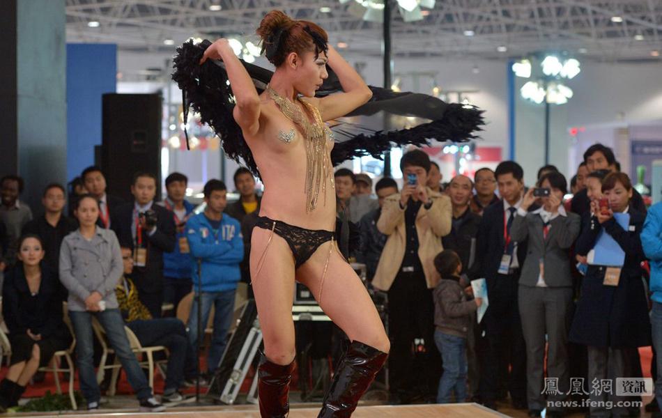【※マジキチ】ただの露出大会と化した中国のモーターショー、最早常軌を逸してる。。。カオス杉だろこれ。。。(画像あり)・13枚目