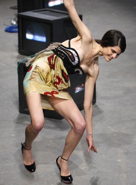 【※悲報】ファッションショーのモデルまんさん、転んだ瞬間に 「下」 が脱げてとんでもない事になるwwwwwwwwwww(画像あり)・15枚目