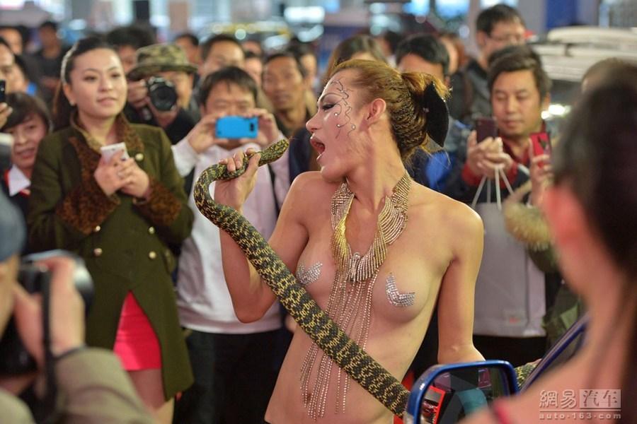【※マジキチ】ただの露出大会と化した中国のモーターショー、最早常軌を逸してる。。。カオス杉だろこれ。。。(画像あり)・18枚目