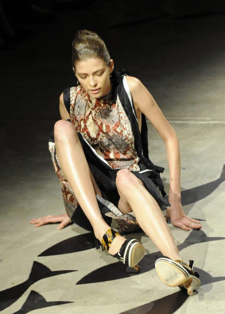 【※悲報】ファッションショーのモデルまんさん、転んだ瞬間に 「下」 が脱げてとんでもない事になるwwwwwwwwwww(画像あり)・2枚目