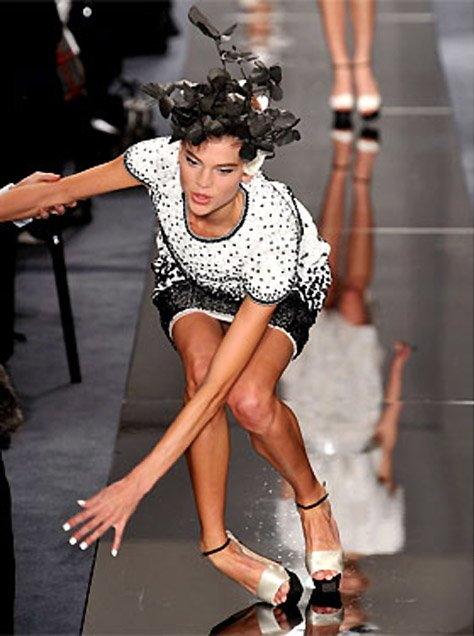 【※悲報】ファッションショーのモデルまんさん、転んだ瞬間に 「下」 が脱げてとんでもない事になるwwwwwwwwwww(画像あり)・20枚目