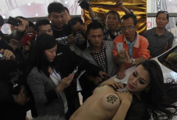 【※マジキチ】ただの露出大会と化した中国のモーターショー、最早常軌を逸してる。。。カオス杉だろこれ。。。(画像あり)・20枚目