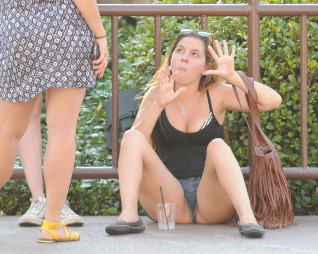 【※悲報】本人気付かず片マン飛び出し状態でまた~りしてるショーパン女が発見されるwwwwwwwwwwwww(画像あり)・26枚目