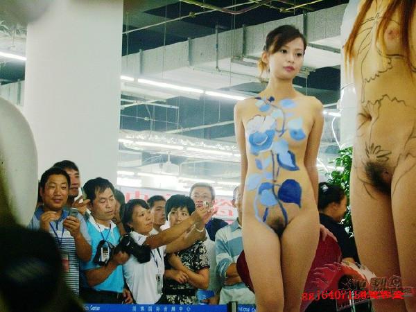 【※マジキチ】ただの露出大会と化した中国のモーターショー、最早常軌を逸してる。。。カオス杉だろこれ。。。(画像あり)・4枚目