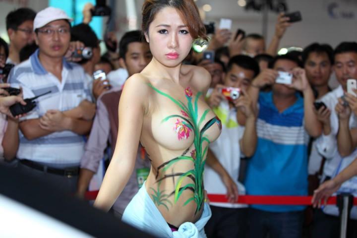 【※マジキチ】ただの露出大会と化した中国のモーターショー、最早常軌を逸してる。。。カオス杉だろこれ。。。(画像あり)・6枚目