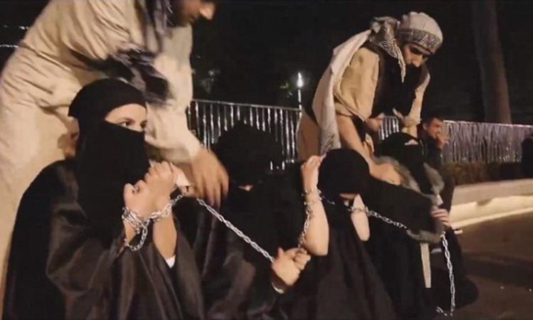 【閲覧注意】ISISの最新の性奴隷市場の様子、超絶胸糞。。。(※画像16枚)・2枚目