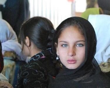 【※胸糞注意】ISIS奴隷市場で2万円で売買された少女がコチラ。 ガチ泣きやんけおい。。。(画像あり)・1枚目