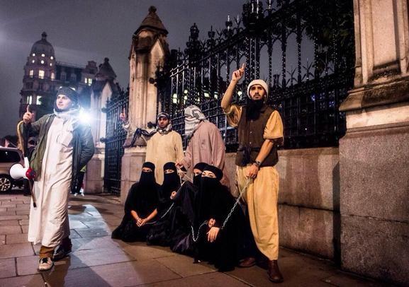 【閲覧注意】ISISの最新の性奴隷市場の様子、超絶胸糞。。。(※画像16枚)・1枚目