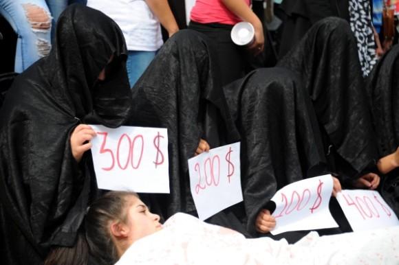 【※胸糞注意】ISIS奴隷市場で2万円で売買された少女がコチラ。 ガチ泣きやんけおい。。。(画像あり)・3枚目
