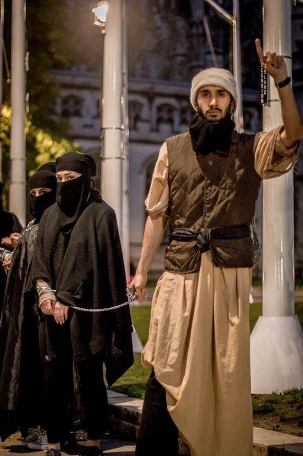 【閲覧注意】ISISの最新の性奴隷市場の様子、超絶胸糞。。。(※画像16枚)・4枚目
