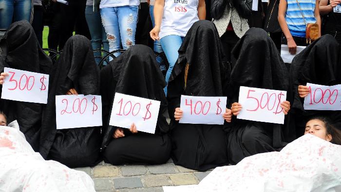 【閲覧注意】ISISの最新の性奴隷市場の様子、超絶胸糞。。。(※画像16枚)・6枚目