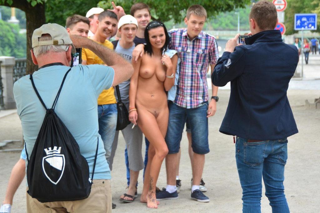 【※闇深定期※】CMNF(着衣の男性と裸の女性)とかいう闇の深いエロ画像貼ってく。これなんか鬱になるな。(画像20枚)・1枚目
