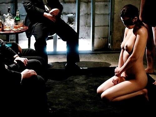 【※闇深定期※】CMNF(着衣の男性と裸の女性)とかいう闇の深いエロ画像貼ってく。これなんか鬱になるな。(画像20枚)・10枚目