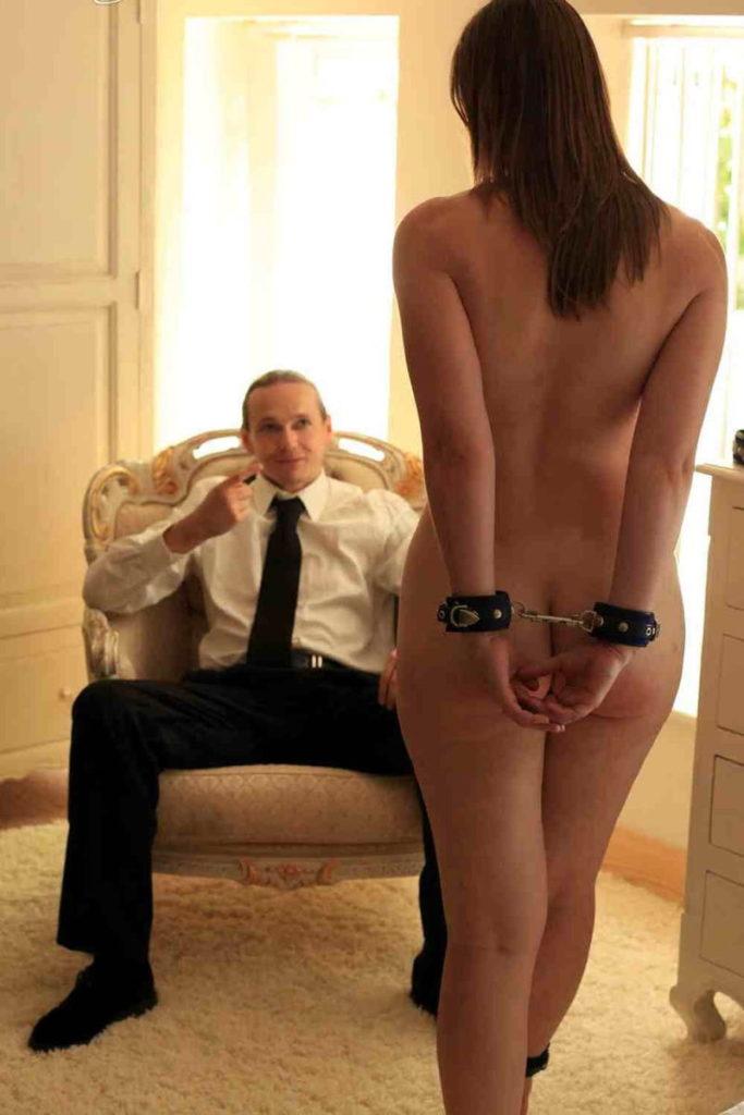 【※闇深定期※】CMNF(着衣の男性と裸の女性)とかいう闇の深いエロ画像貼ってく。これなんか鬱になるな。(画像20枚)・12枚目