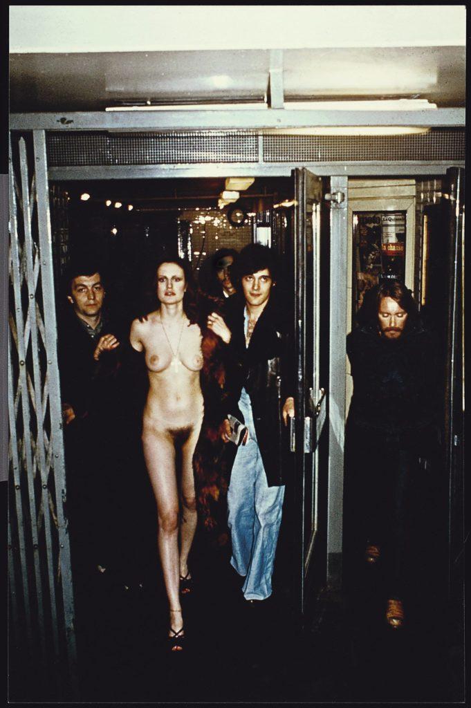 【※闇深定期※】CMNF(着衣の男性と裸の女性)とかいう闇の深いエロ画像貼ってく。これなんか鬱になるな。(画像20枚)・17枚目