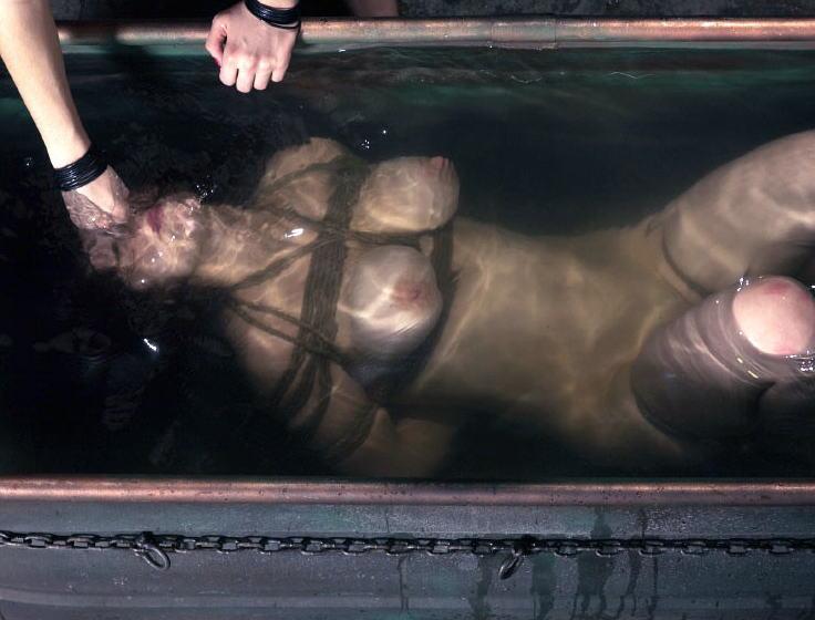 【※閲覧注意】「ぐ苦しい、、ゴポゴポゴポォッ…」ってなってガチで死にそうなエロ画像貼ってく。(30枚)・22枚目