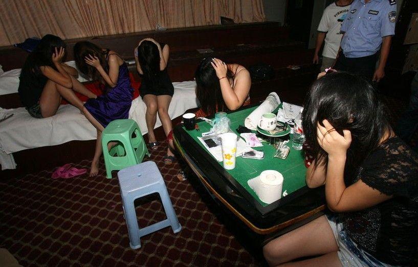 【※決定的瞬間】売春宿の摘発の瞬間を記録した画像。→嬢と客、地獄やなwwwwwwwwwwwwwwwwww(画像あり)・25枚目