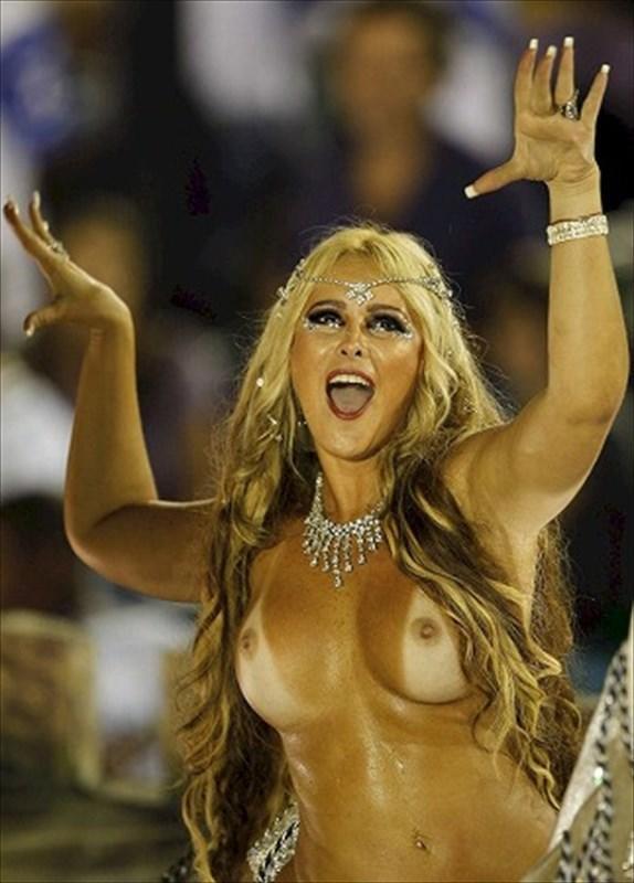 【画像あり】サンバカーニバルとかいう露出狂の集まり、逮捕レベルだろコレwwwwwwww・25枚目